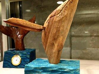 ザトウクジラの置き時計の画像