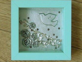 鳥とバラの壁掛けの画像