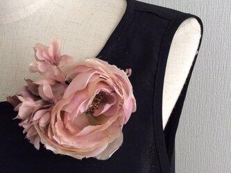 51  布花 丸いバラのコサージュ の画像