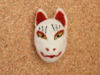 羊毛フェルト 狐面ブローチの画像