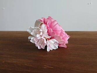 桜を添えたラナンキュラスのコサージュの画像