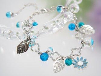 青いお花のブレスレットの画像