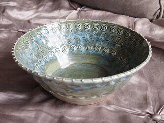 ミルキーグレイのスタンプ模様の鉢の画像