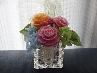 石鹼彫刻 香る花のアレンジメントの画像
