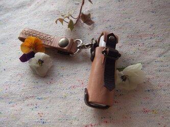 ふた付きリップクリームケース(革のキーホルダー付き)の画像