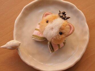 ふんわりブローチ*王冠をかぶったもっちり猫の画像