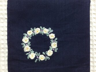 コットンの刺繍ハンカチ☆薔薇のリースの画像