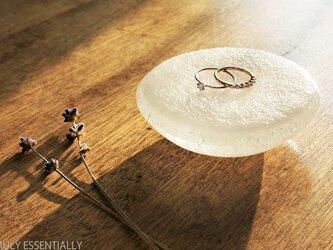 無色透明ガラスのアクセサリートレイ -「 KAZEの肌 」 ● 8cmの画像