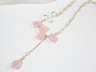 桜の花びらネックレスの画像