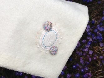 リバティプリントくるみボタン飾りのハンドタオルの画像