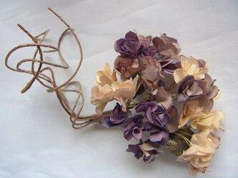 スターチスのコサージュ(生成×紫濃淡)の画像