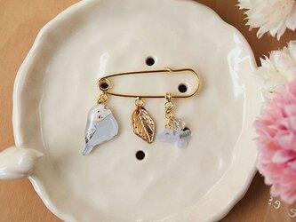 【再販】プラバンブローチ*セキセイインコとブルーの花の画像
