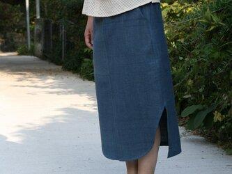 裾がカーブになったインディゴ・スカートの画像
