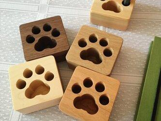肉球ペン立て 四角 ペンスタンド 無垢の木 子猫、子犬の画像
