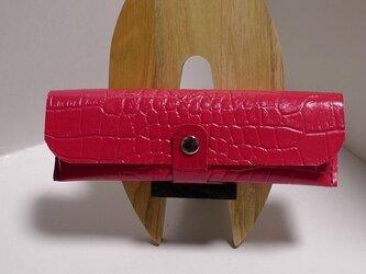 赤クロコダイル型押し革のペンケースの画像
