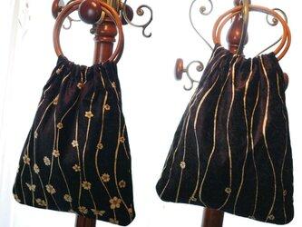 金の花が流れる黒ベロアのバッグ 木のリングハンドルの画像