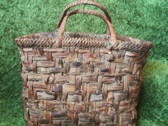 貴重な山葡萄の蔓で編んだ手提げ籠(バッグ)【実用的サイズ】の画像