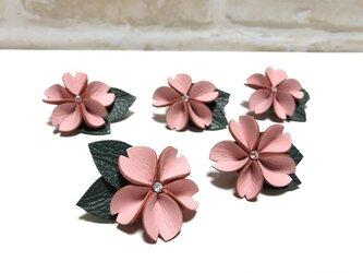 革の桜ブローチの画像