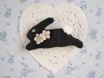 お花を付けたかわいい黒うさぎのブローチの画像
