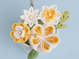 ギフト♡ ぽてっと可愛いミニブーケ メモスタンド♡【受注制作】 黄色と白  つまみ細工 梅の画像