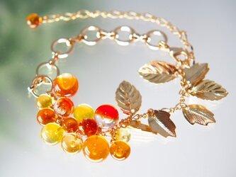 オレンジと黄色のつぶつぶと葉っぱのブレスレットの画像