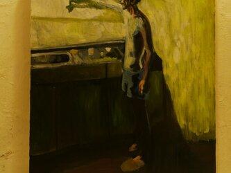 台所に立つ男の画像