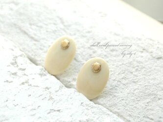 shell oval pierced earringの画像