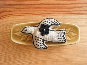 鳥さんブローチ ベージュ、お花黒の画像