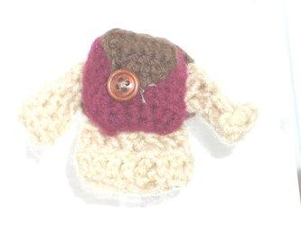 ミニチュアリュックを背負ったセータースマホクリーナの画像