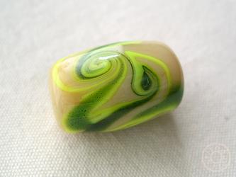 とんぼ玉 クリーム色+緑マーブルの画像
