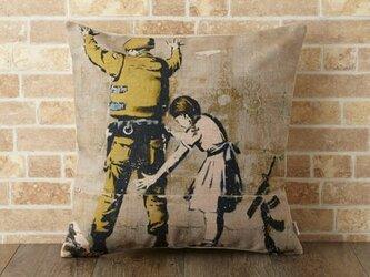 クッションカバー 45×45cm Banksy ペイント ガールインスペクション jubileecushionba006の画像
