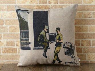クッションカバー 45×45cm Banksy リフトソルジャー jubileecushionba005の画像