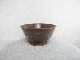 陶器ご飯茶碗(やや大)赤土・白梅紋の画像