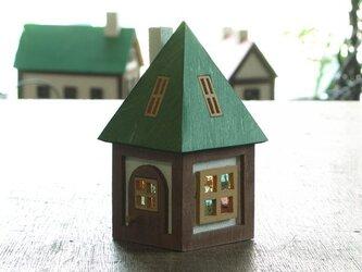 木とガラスの小さな家の画像