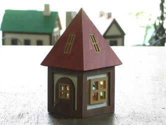 木とガラスの小さな家(赤)の画像