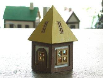 木とガラスの小さな家(黄色)の画像