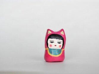 猫に扮したひと(水玉よだれかけ)の画像