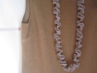 ライトグレーかぎ針編みフリルネックレスの画像
