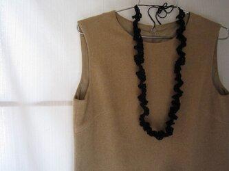 黒かぎ針編みフリルネックレスの画像