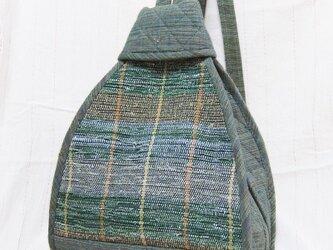 裂き織りと紬の三角リュック(青緑)の画像