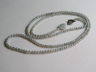 ライトグレーの大粒シードビーズ ロングネックレス b(再販)の画像