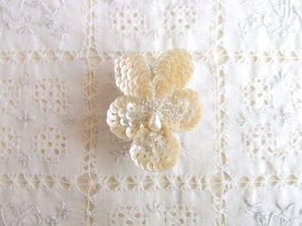 ちいさな白いビオラのブローチ ア.オフホワイトの画像