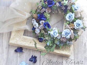 ブルーのバラのリースの画像