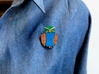 メガネフクロウの木製ブローチの画像