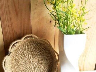 素朴な麻ひも巻き編み花形縁編みカゴの画像