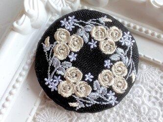 黒リネン バラのリース 刺繍ブローチ ベージュ  丸50ミリの画像