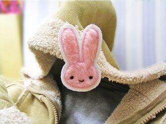 うさぎさんと一緒★ふさふさ布製バッチ★ピンクミニの画像