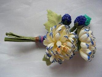 キッズ用 小菊といちごのコサージュ(青系)の画像
