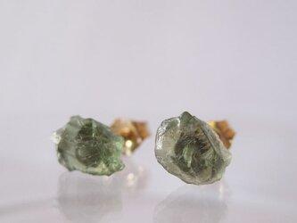 ダークグリーンアパタイトの原石ピアス/tanzania  14kgfの画像