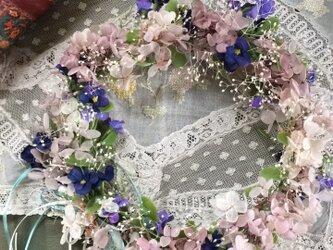 すみれとアジサイの可憐な花冠の画像